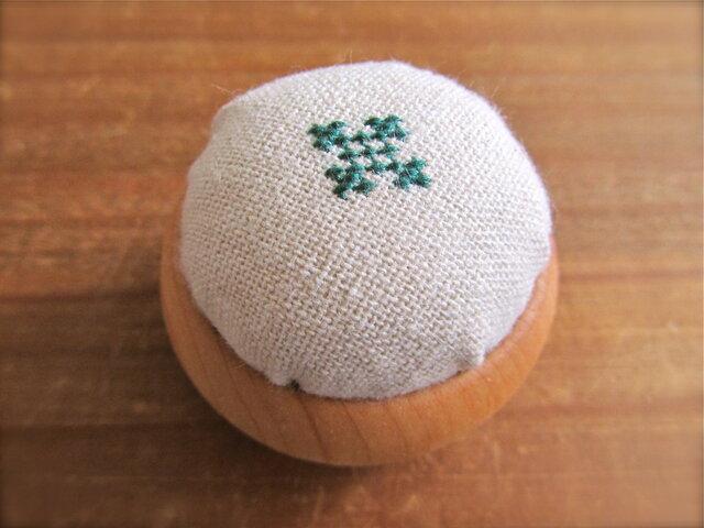 コロンと丸い木製ピンクッション 深緑刺繍の画像1枚目