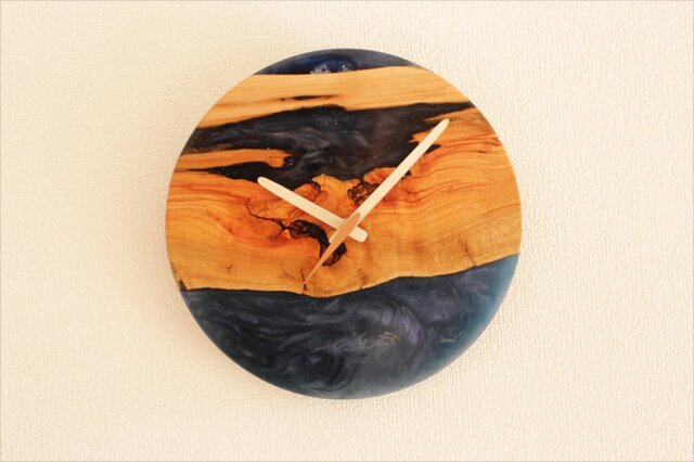 小さな世界が見えるかも? 直径26cm-08 木とレジンの掛け時計 River clockの画像1枚目