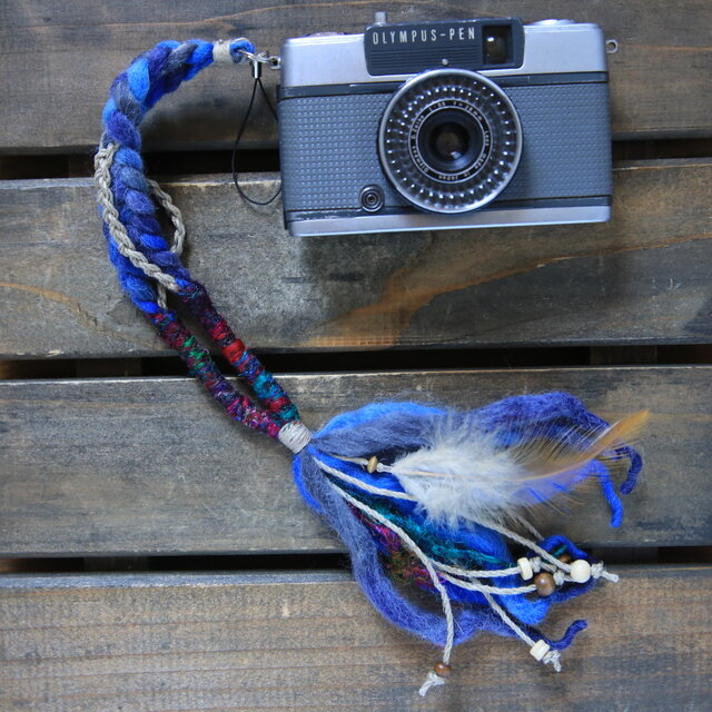 残り1点製作可能/羽飾り・ウッドビーズ付き麻とニットのハンドストラップblueの画像1枚目