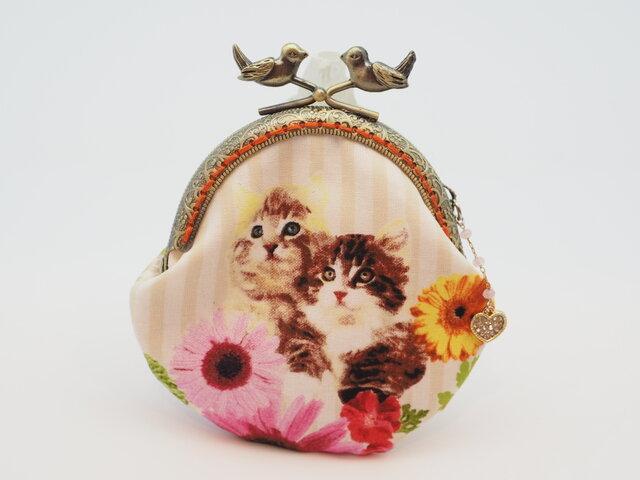 気持ち華やぐがま口ポーチ・コインケース(口金8.5センチ)猫とお花と蝶の画像1枚目