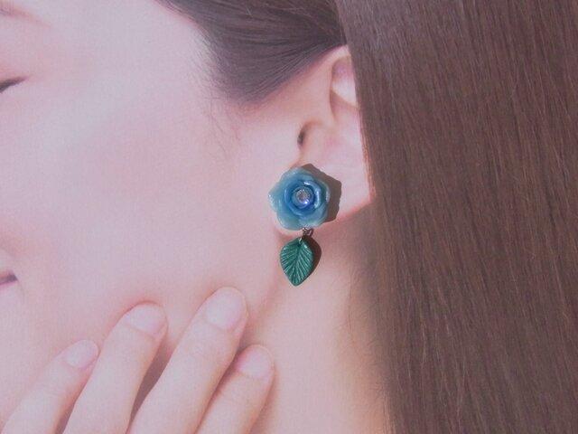 2Weyピアス[送料無料]スカイブルーの薔薇&葉っぱ揺れる イヤリング 粘土 Czダイヤ[061]の画像1枚目