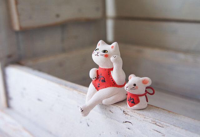 【陶器の座る招き猫+干支のねずみ】*白猫腹掛dの画像1枚目