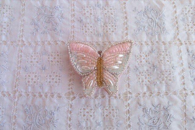 ピンクの蝶々のブローチの画像1枚目