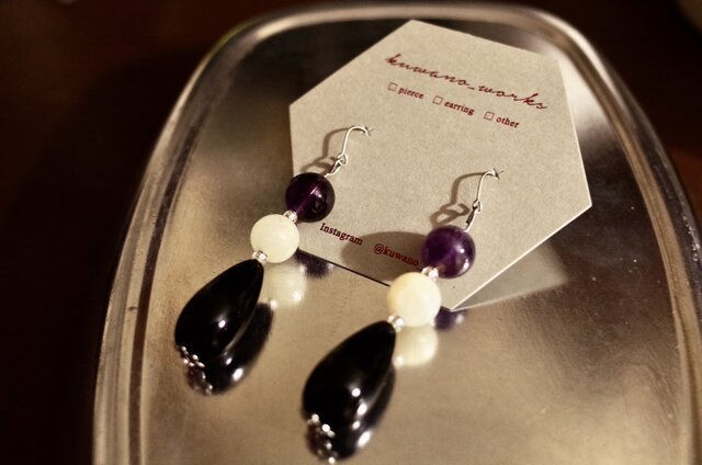 月長石(ムーンストーン)と紫水晶(アメジスト)のブラックカボションピアスの画像1枚目