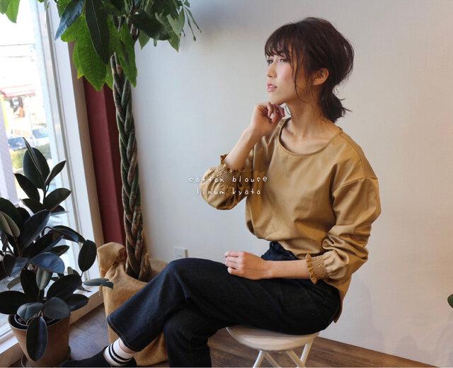 【S〜M】高級感のあるツヤ感、コットンサテン生地で魅せるシャーリング袖のブラウス(ベージュ)の画像1枚目