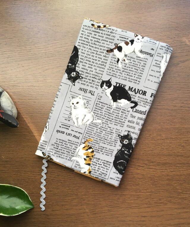 猫と英字新聞のブックカバー・・新書版サイズの画像1枚目