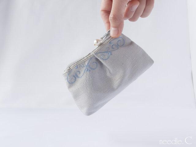 フォルムに癒される プチぷっくりポーチ インドシルク 模様刺繍 ミニポーチ リップケースの画像1枚目