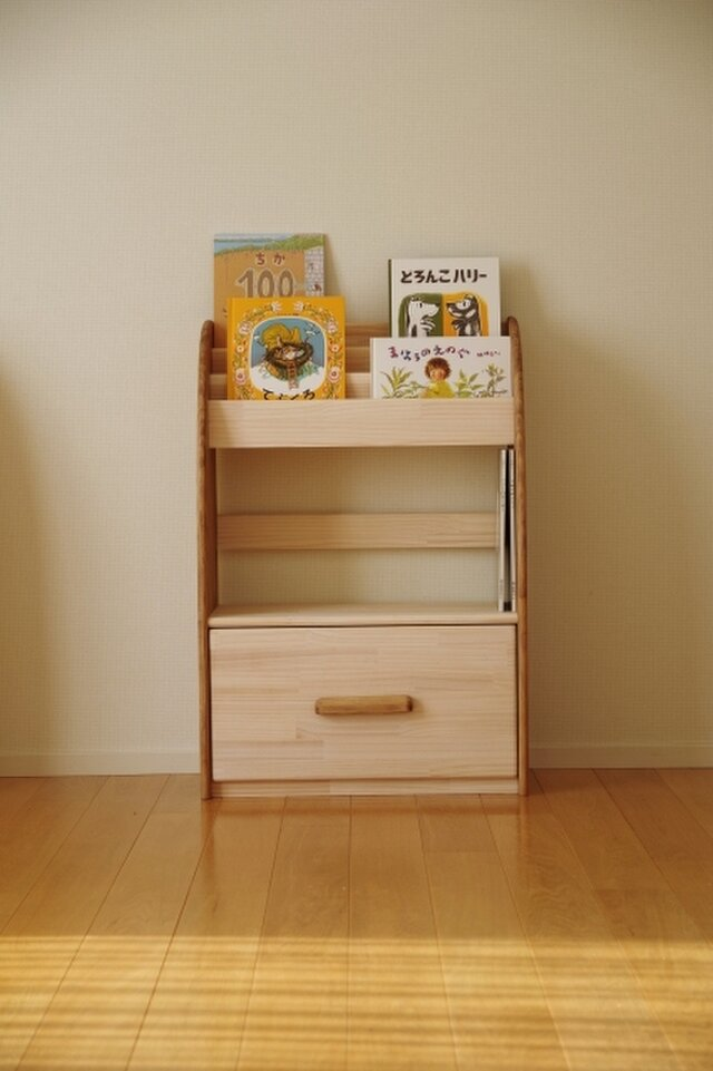 木製の丸いデザインの絵本棚(マガジンラック) 60幅90高 下段ドロワー 受注生産の画像1枚目