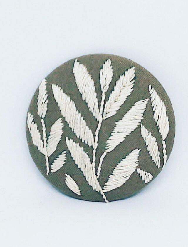 刺繍ブローチ・leaf( ベージュ×オフホワイト)の画像1枚目
