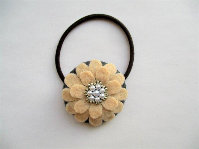お花型フェルト&パールのヘアゴム(クリーム)の画像1枚目