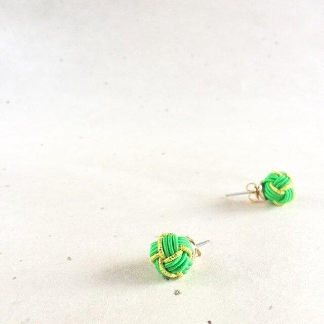 緑&黄緑 バイカラーの玉ピアス 水引製 若葉 グリーンの画像1枚目