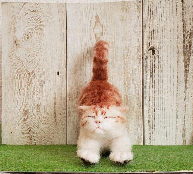 伸びをしている猫(茶トラ)羊毛フェルトの画像1枚目