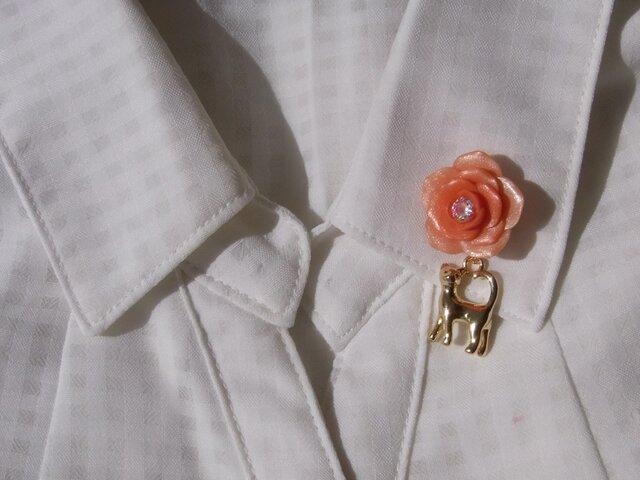薔薇と猫の2Wey ピンバッチ[送料無料]オレンジ色 立体チャーム ポリマークレイ[062]の画像1枚目