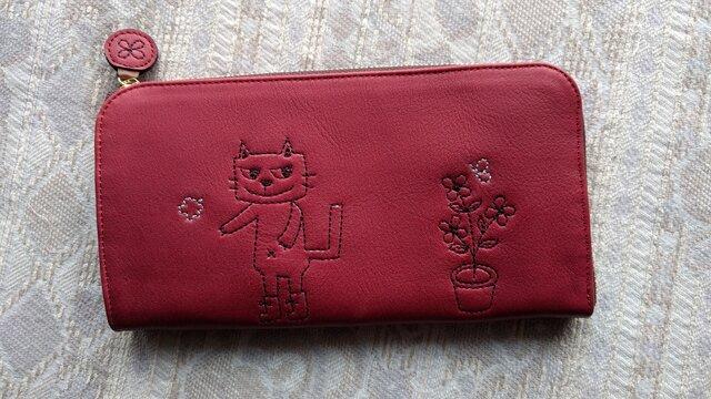 刺繍革財布『靴を履いたネコと植木鉢』カーマインred(牛革)L字ファスナー型の画像1枚目