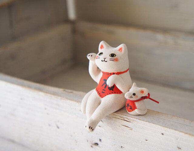 【陶器の座る招き猫+干支のねずみ】*白猫腹掛eの画像1枚目