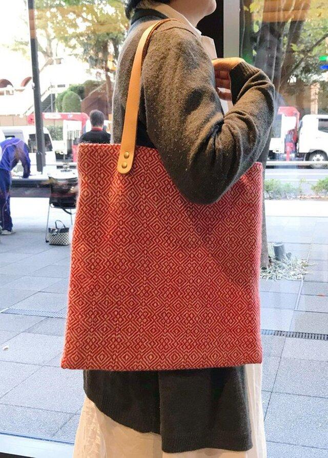 手持ちも肩掛けも出来て、A4サイズも入っちゃう贅沢な手織りバック 赤 の画像1枚目