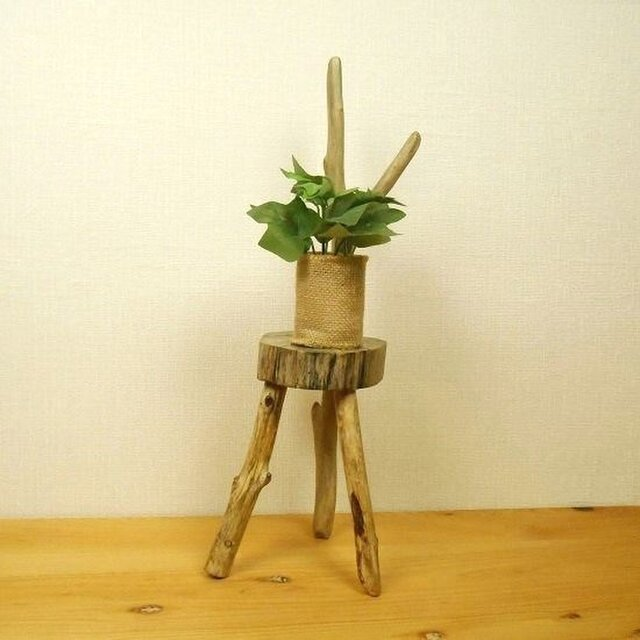 【温泉流木】見事な柄の輪切り丸太と姿のキレイな枝流木の椅子型スタンド花台 飾り台 流木インテリアの画像1枚目