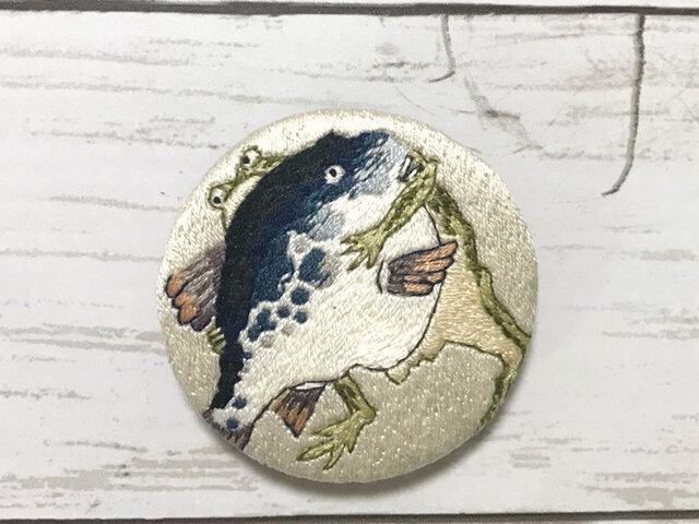 手刺繍日本画ブローチ*伊藤若冲「河豚と蛙の相撲図」よりの画像1枚目