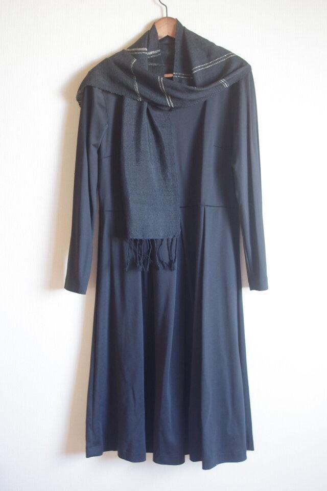 さりげない華やぎ 薄手のシルク・ブラック&シルバーライン(横縞)手織りマフラー  の画像1枚目