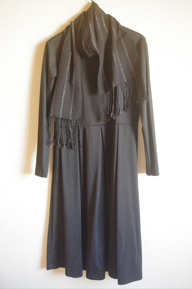 さりげない華やぎ 薄手のシルク・ブラック&シルバーライン(たて縞)手織りマフラー  の画像1枚目
