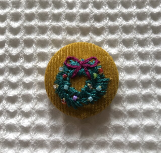 直径3㎝ビーズ刺繍の包みボタンブローチ ☆クリスマスの画像1枚目