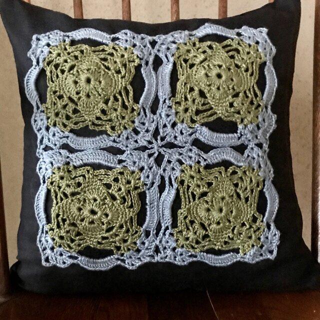 モチーフ編み飾りのリネンクッションカバーの画像1枚目