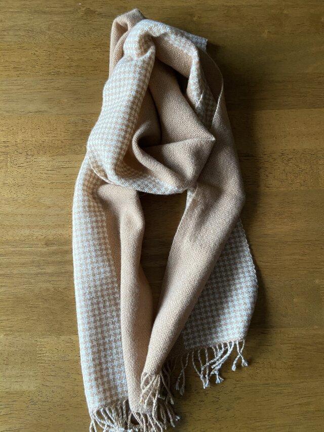 キャメル色のふわふわ千鳥格子の手織りマフラーの画像1枚目