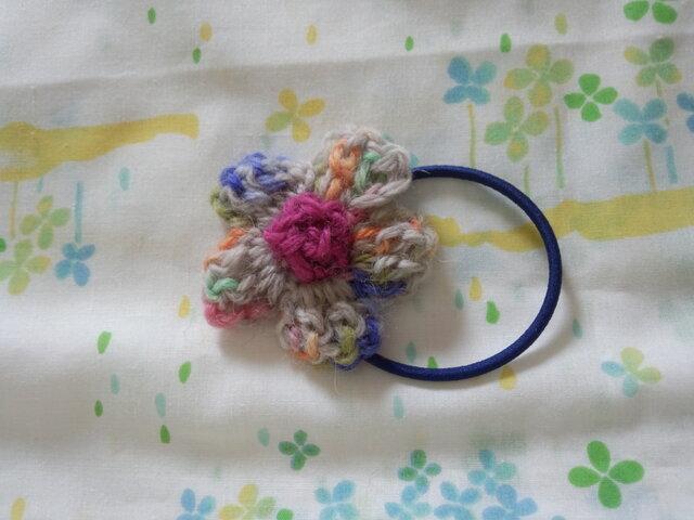 【手縫い屋】編み編み花ヘアゴム☆雪解けカラー混ざり毛糸☆ウール100%の画像1枚目