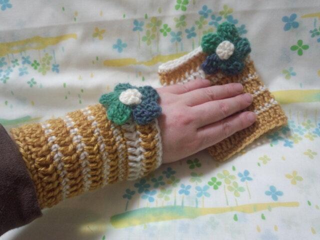 手縫い屋☆編み編みリストウォーマー☆イチョウ&白色ボーダー☆グリーングラデ色ビオラ花飾り付きの画像1枚目