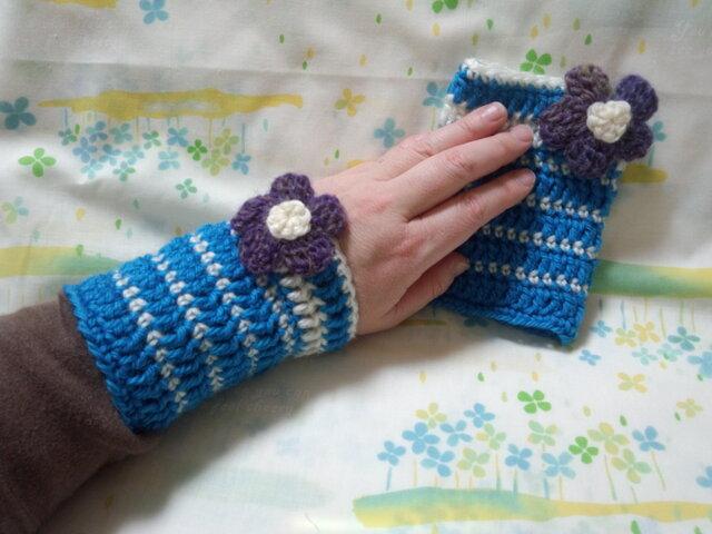 手縫い屋☆編み編みリストウォーマー☆スカイブルー&白色ボーダー☆紫グラデ色ビオラ花飾り付きの画像1枚目