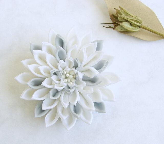 つまみ細工 白いダリアのコサージュ/ブローチ 大《卒業式、入学式、結婚式》の画像1枚目