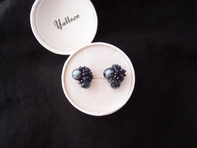 【天然石の刺繍イヤリング】london blue topaz × pearl × bluesapphire × ioliteの画像1枚目