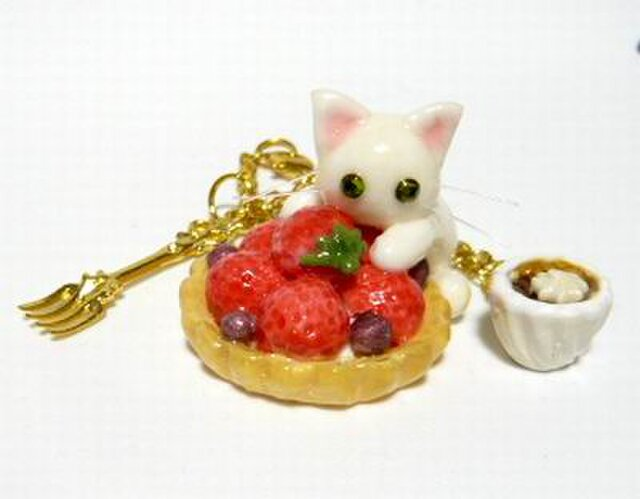 にゃんこのしっぽ○いちごタルトのバッグチャーム○猫○スイーツデコ〇白猫の画像1枚目