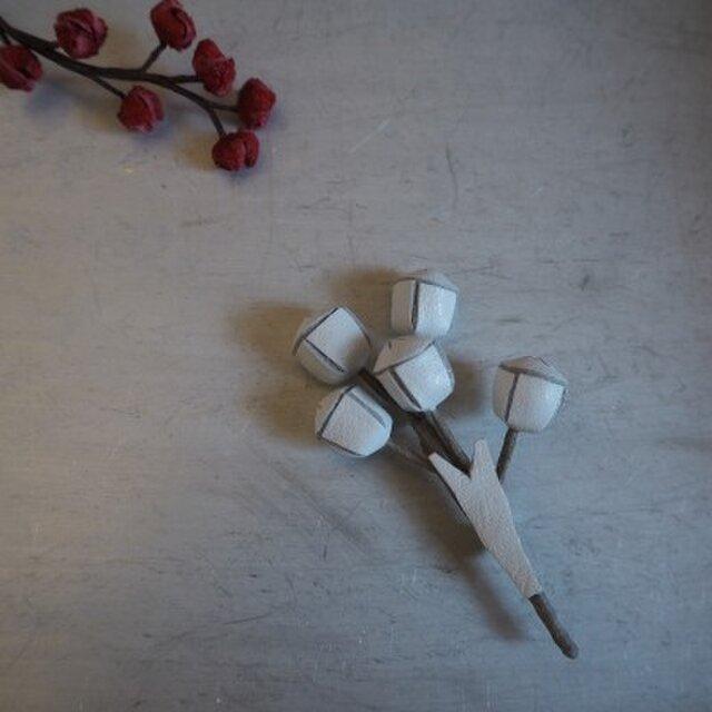 【ご予約済】ユーカリの実のブローチ(白)の画像1枚目