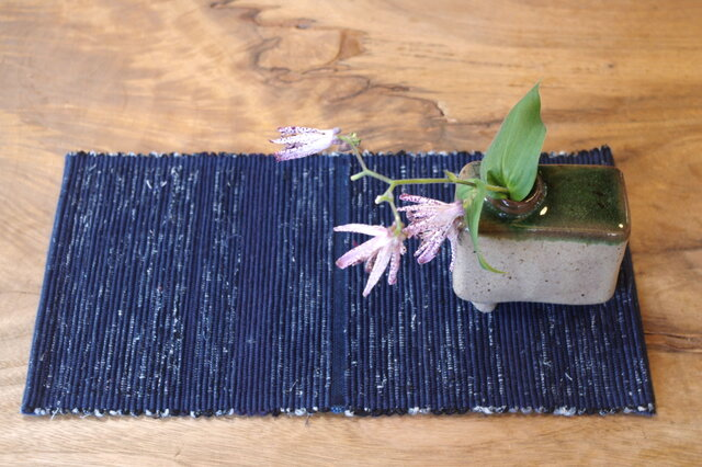 置くものを引き立てる 藍色裂き織りティーマット 木綿の画像1枚目