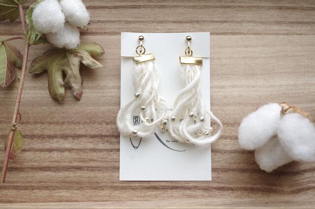 和棉の糸のほわほわイヤリング の画像1枚目