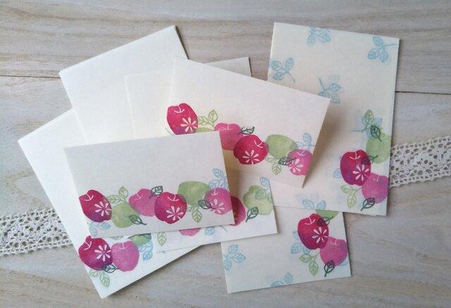 消しゴム版画「和紙の小さな封筒と便せんセット(花模様のりんご)」の画像1枚目