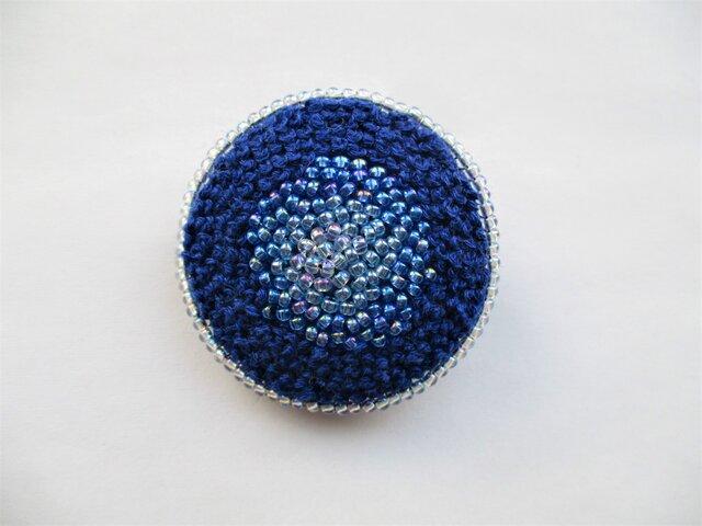 青いビーズ&刺繍の丸型ブローチの画像1枚目