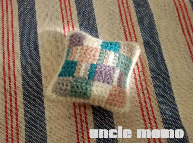 ドール用ツヴィスト刺繍のクッション Hygge 1/12ミニチュア・ファブリックの画像1枚目