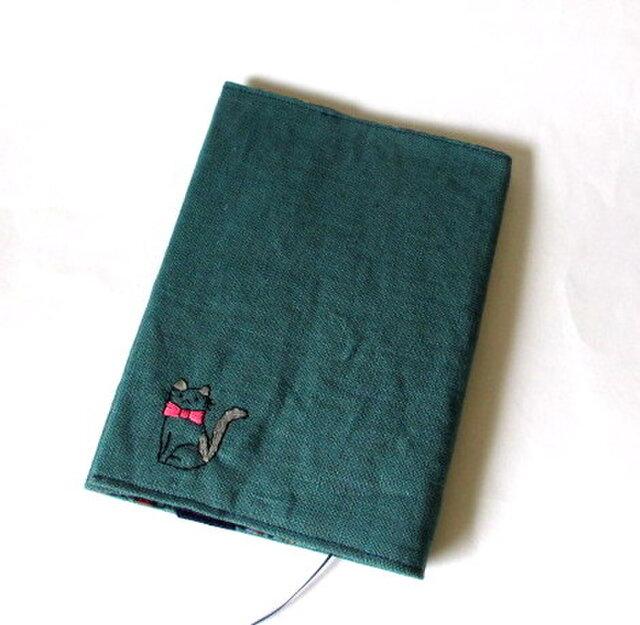 猫の刺繍ブックカバー ブルー*グレーのハチワレネコの画像1枚目