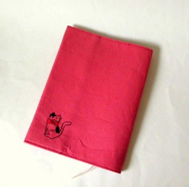 猫の刺繍ブックカバー ピンク*黒のブチネコの画像1枚目