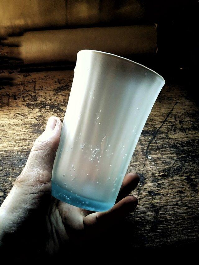 薄氷のようなブリキ色のコップの画像1枚目