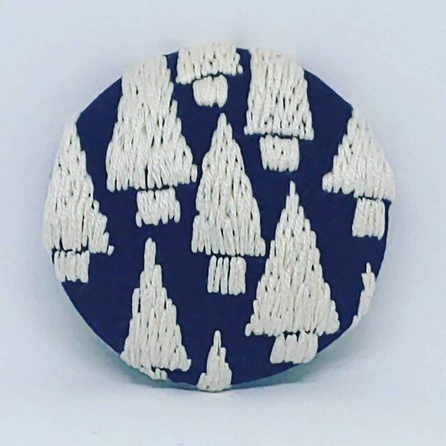刺繍ブローチ・mori( ネイビー×オフホワイト)の画像1枚目