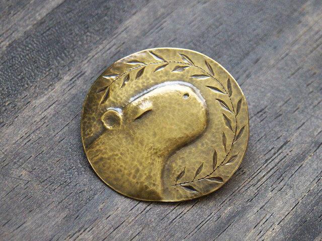 まったりカピバラの真鍮製ブローチの画像1枚目