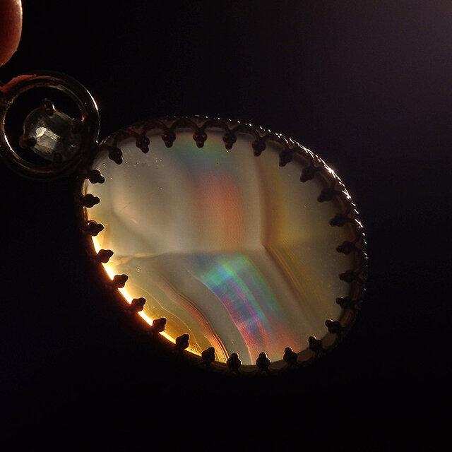 ~虹を閉じ込めた石~ イリスアゲートとグリーンカイヤナイトのペンダントの画像1枚目