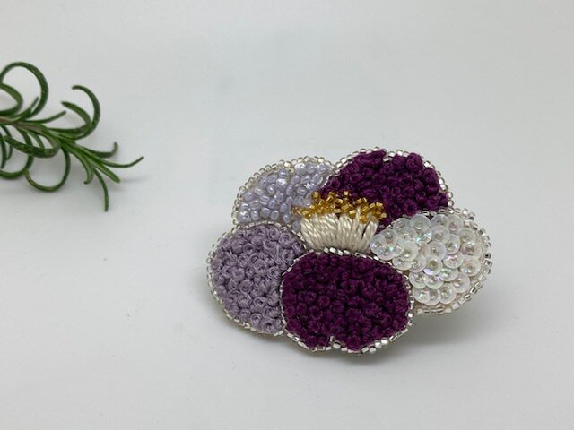 手刺繍ブローチ❁きらきら椿の画像1枚目