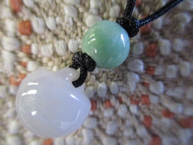 林檎の彫り珠:ミャンマー翡翠のお紐仕立てネックレスの画像1枚目