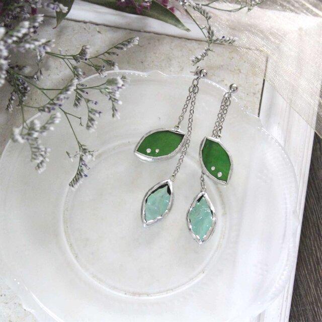 ステンドグラスのピアス【Leaf】新緑グリーンの画像1枚目