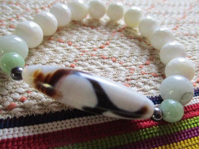 白地如意樹観音天珠とミャンマー翡翠、仏教七宝の蝦蛄珠のブレスレットの画像1枚目