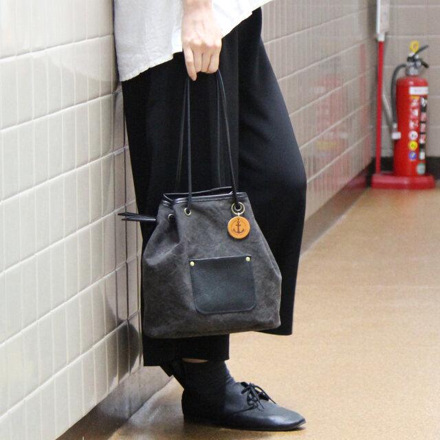 nico-クロ(タンニン染め帆布×レザー巾着トートバッグ)の画像1枚目
